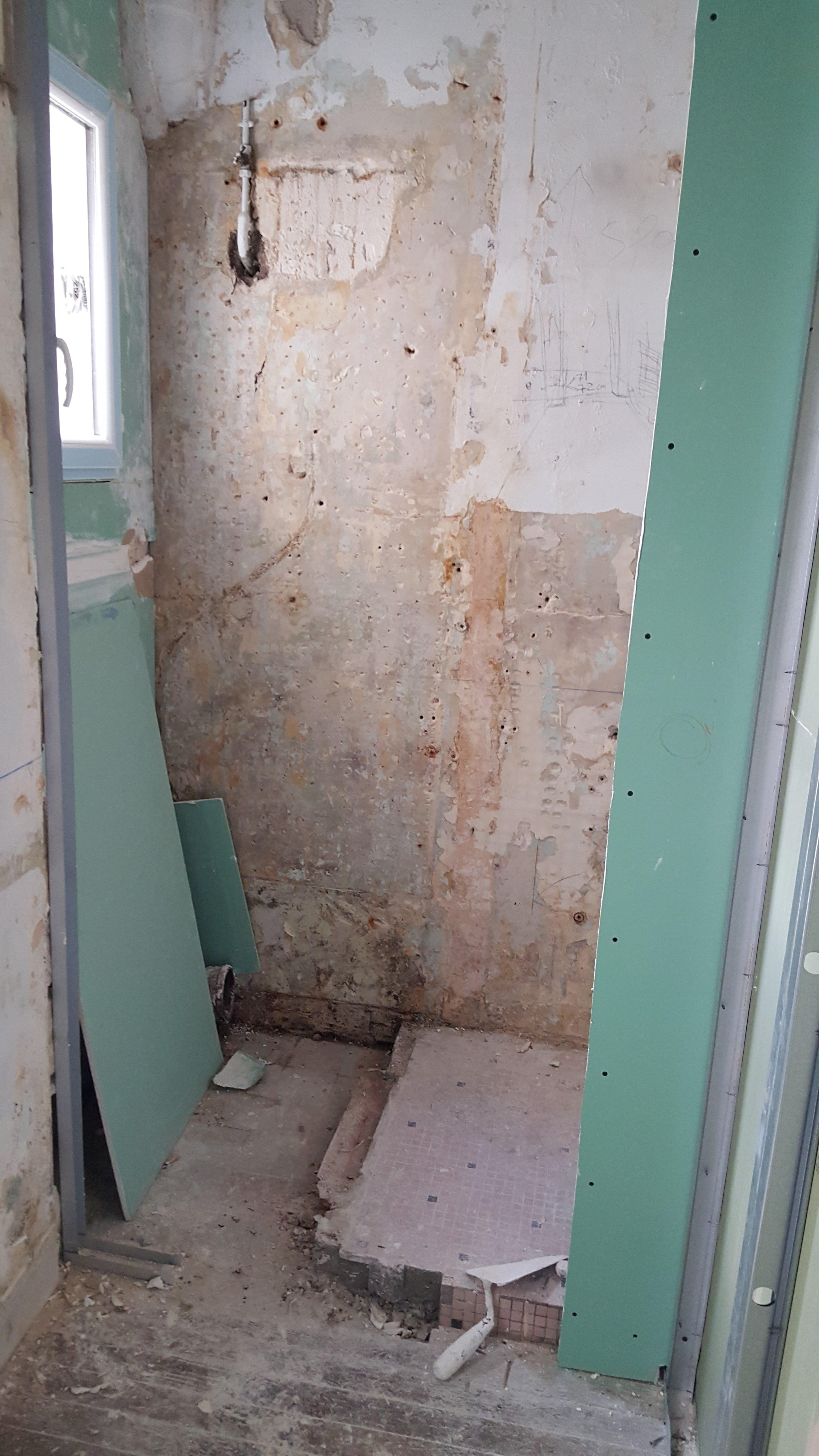 Travaux-de-renovation-a-Asnieres-d'un-studio-10-pose-de-carrelage-toile-de-verre-peinture-plomberie-electricite-salle-de-bains-texas-batiment-rge-min