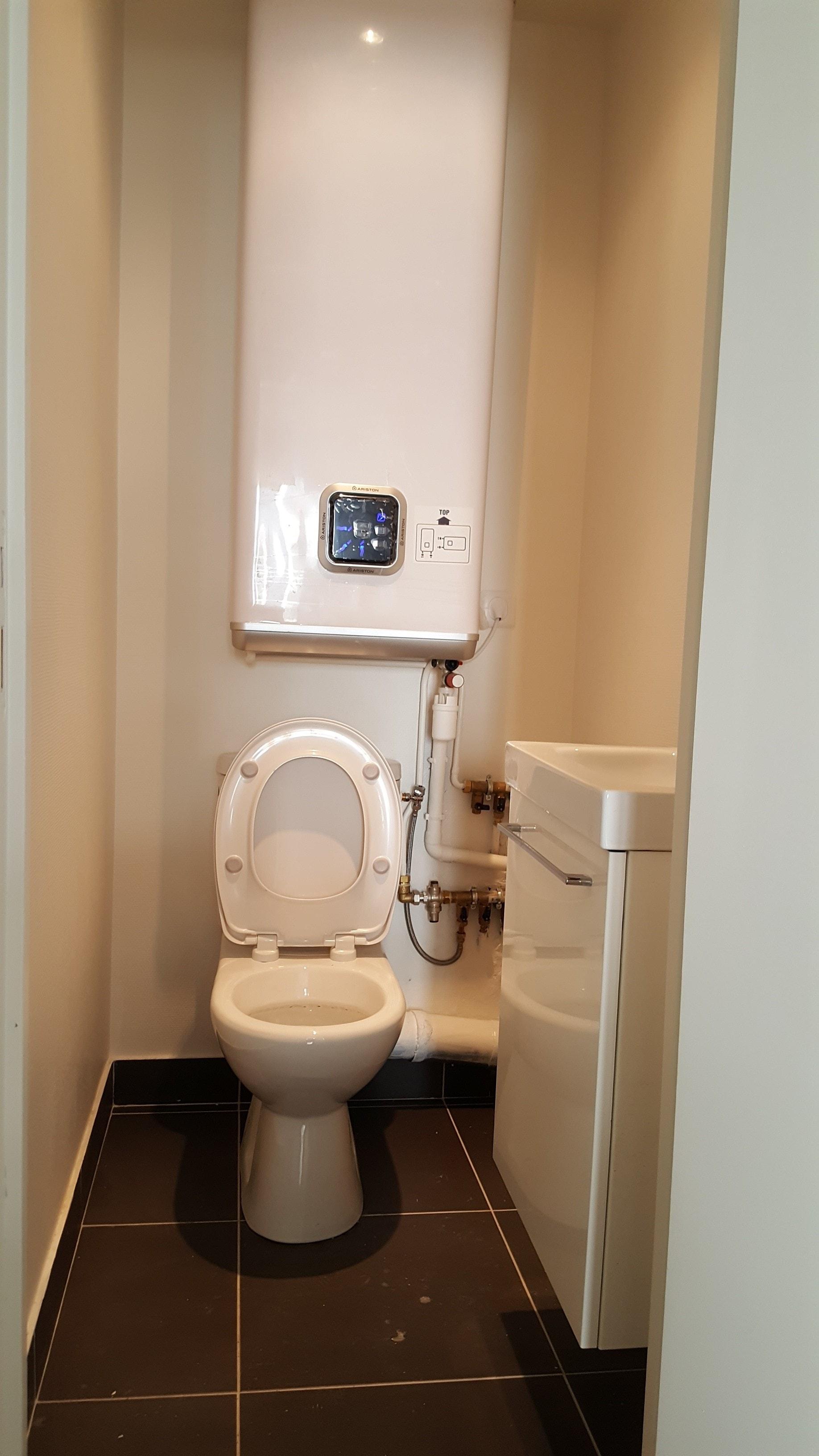 Travaux-de-renovation-a-Asnieres-d'un-studio-21-pose-de-carrelage-toile-de-verre-peinture-plomberie-electricite-wc-toilette-texas-batiment-rge-min