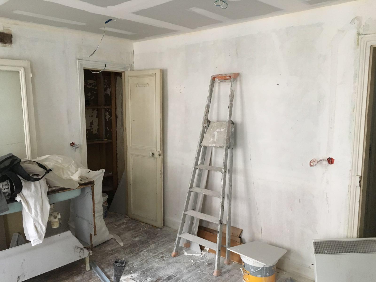 Travaux-de-renovation-a-Asnieres-d'un-studio-23-pose-de-carrelage-toile-de-verre-peinture-plomberie-electricite-sejour-sallon-texas-batiment-rge-min