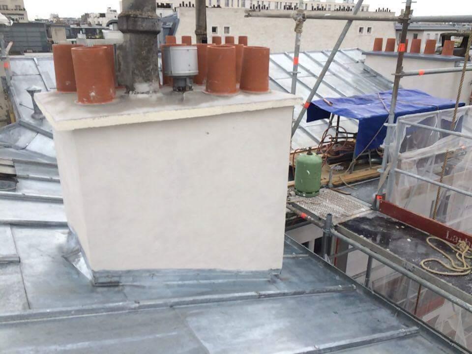 Travaux-de-toiture-couverture-10-renovation-une-cheminee-souches-pour-bonne-etancheite-du-conduit-et-resistance-texas-batiment-certifie-rge-min