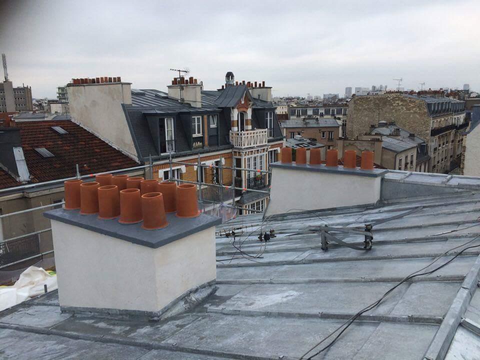 Travaux-de-toiture-couverture-22-renovation-une-cheminee-souches-pour-bonne-etancheite-du-conduit-et-resistance-texas-batiment-certifie-rge-min