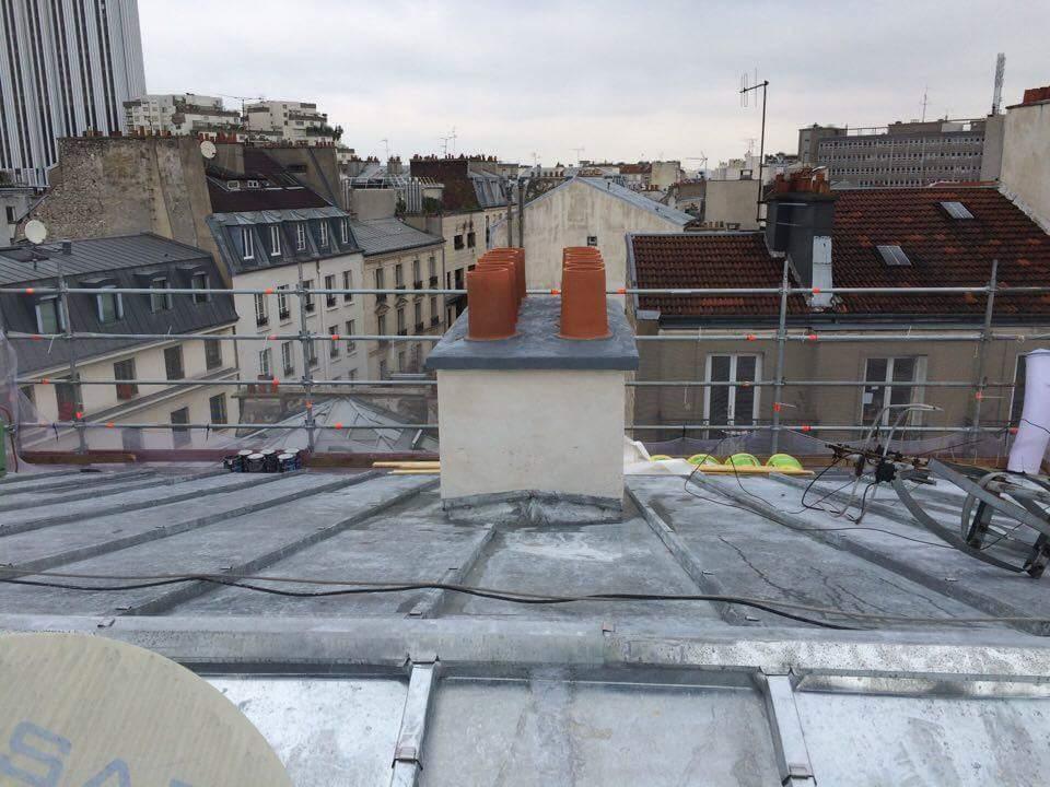 Travaux-de-toiture-couverture-23-renovation-une-cheminee-souches-pour-bonne-etancheite-du-conduit-et-resistance-texas-batiment-certifie-rge-min