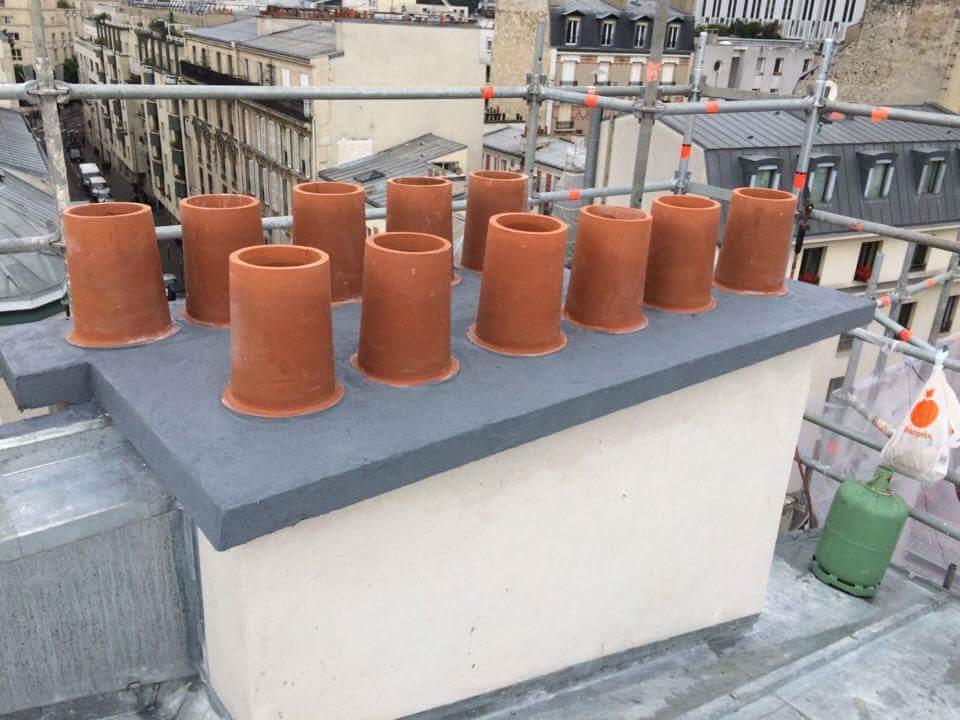 Travaux-de-toiture-couverture-25-renovation-une-cheminee-souches-pour-bonne-etancheite-du-conduit-et-resistance-texas-batiment-certifie-rge-min