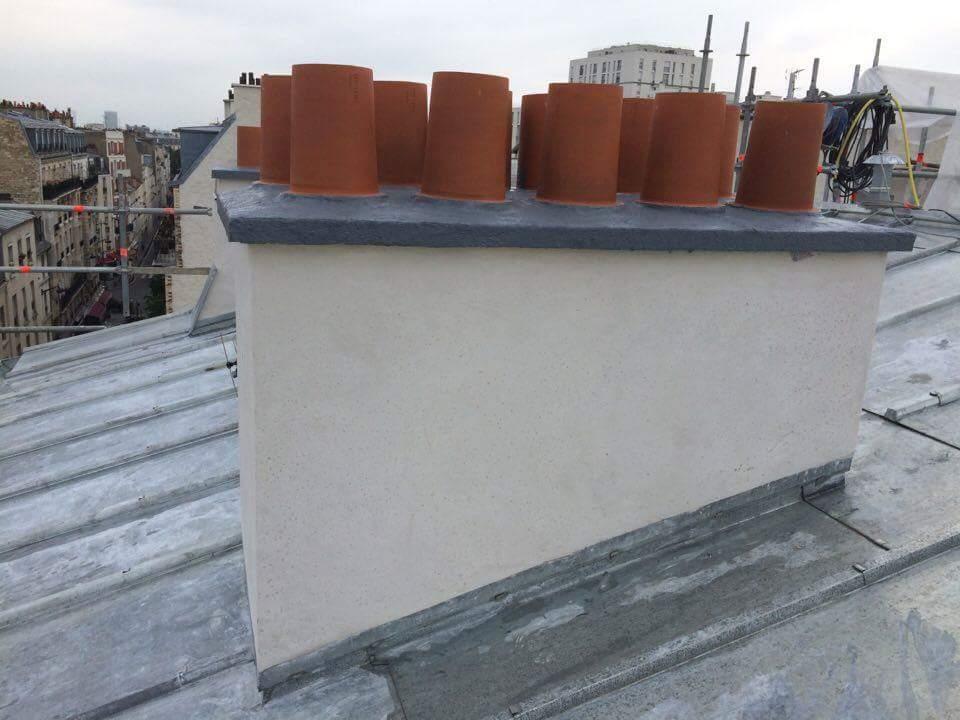 Travaux-de-toiture-couverture-26-renovation-une-cheminee-souches-pour-bonne-etancheite-du-conduit-et-resistance-texas-batiment-certifie-rge-min