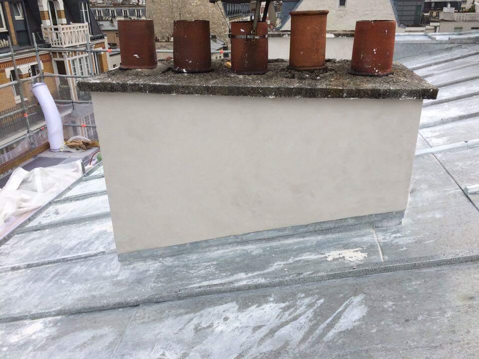 Travaux-de-toiture-couverture-3-renovation-une-cheminee-souches-pour-bonne-etancheite-du-conduit-et-resistance-texas-batiment-certifie-rge (2)-min