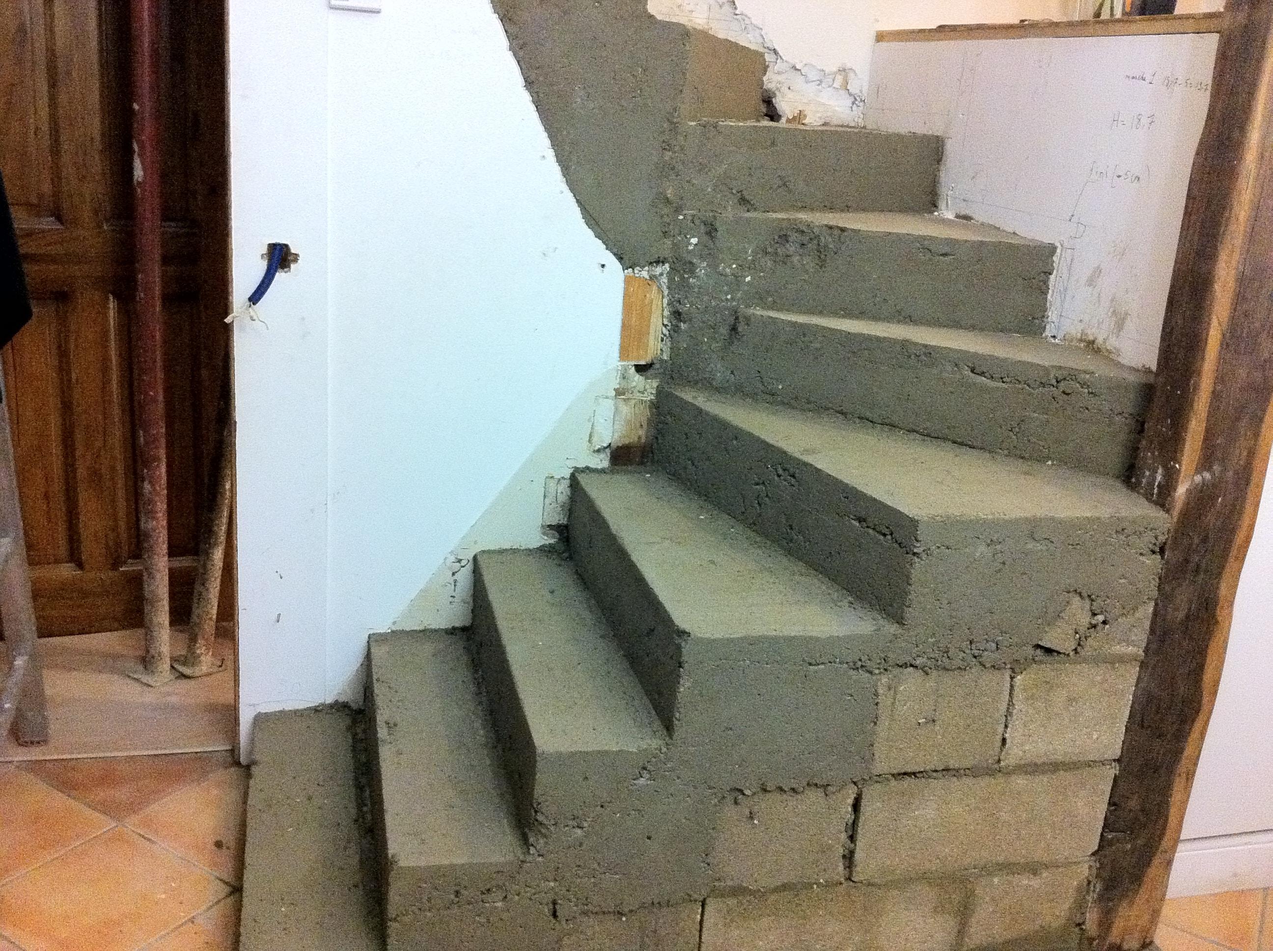 escalier-bois-12-travaux-pendant-decoffrer-béton-texas-batiment-min