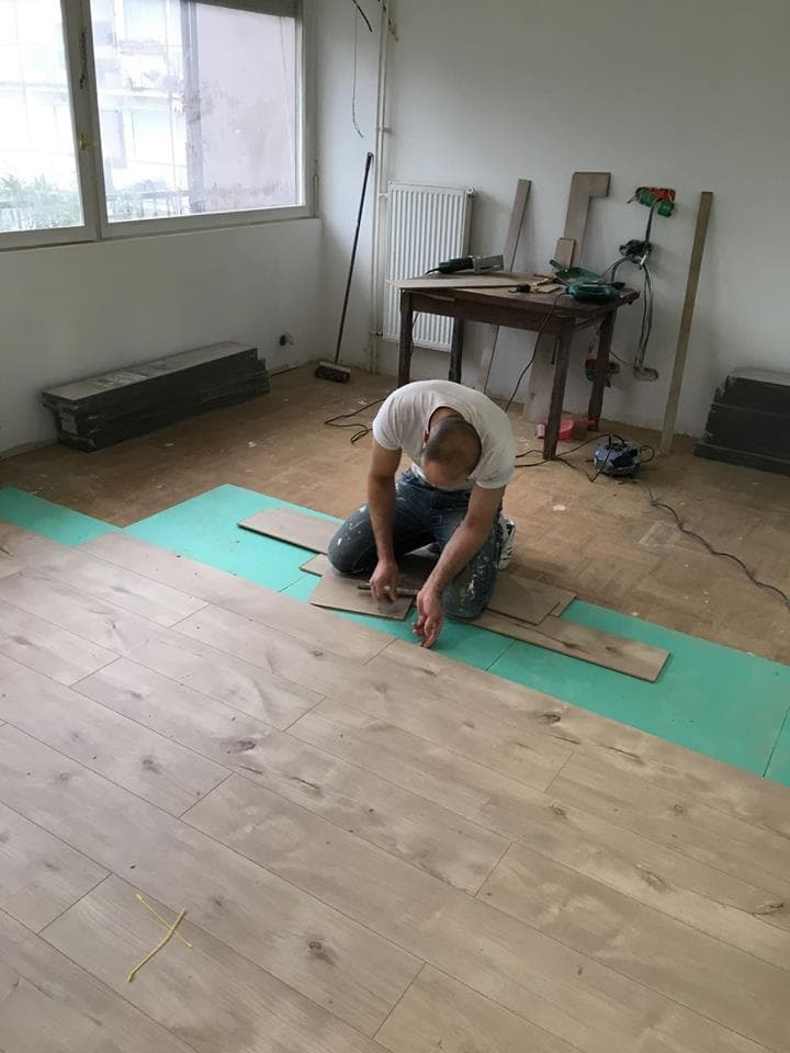 travaux-de-renovation-peinture-menuiserie-platrerie-villiers-sur-marne-salon-pose-de-parquet-flottant-clipse-clipsable-1-maghawry-texas-batiment-rge-min