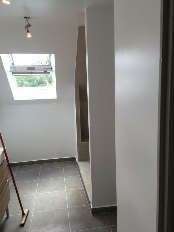 travaux-renovation-d'une-salle-de-bain-3-peinture-carrelage-plomberie-electricite-chantier-martexas-batiment-rge.jpg-min